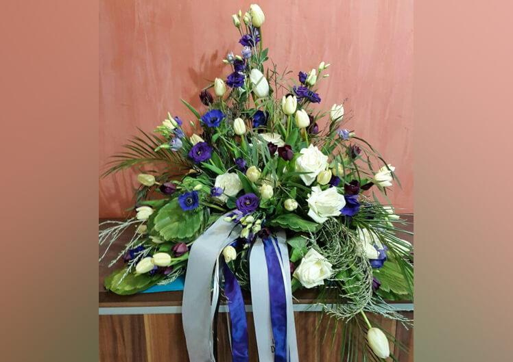Blau / Gelbe Trauerfloristik von Blumen und Ideen