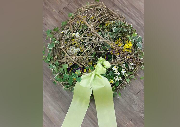 Bunte Trauerfloristik von Blumen und Ideen